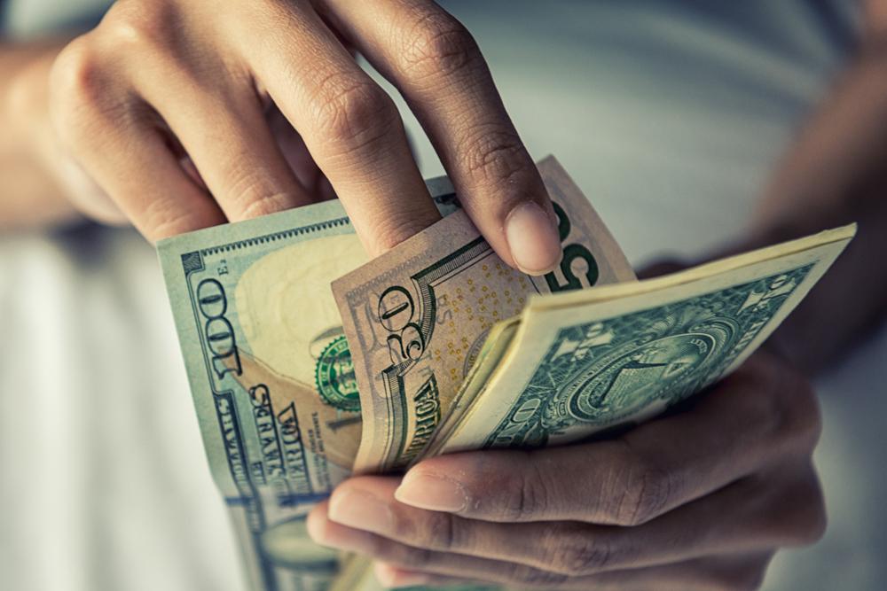 お金を数える女性の手