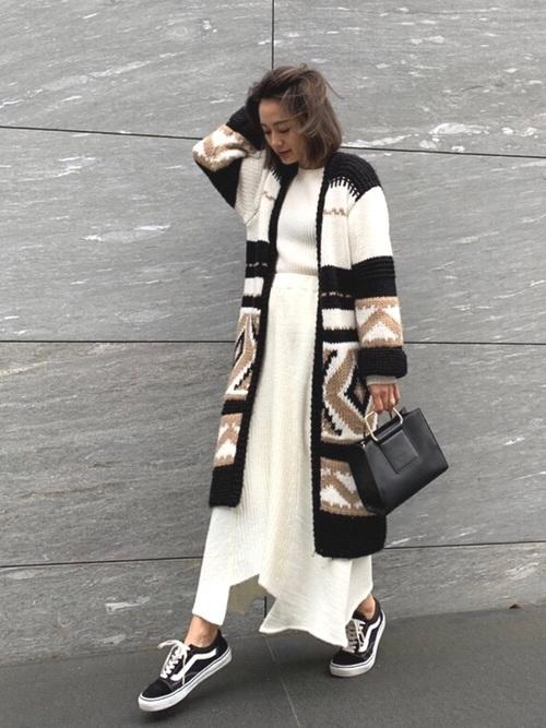 黒コートとロングスカート