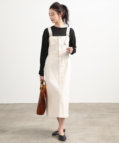 ロング丈の白サロペットスカートコーデ
