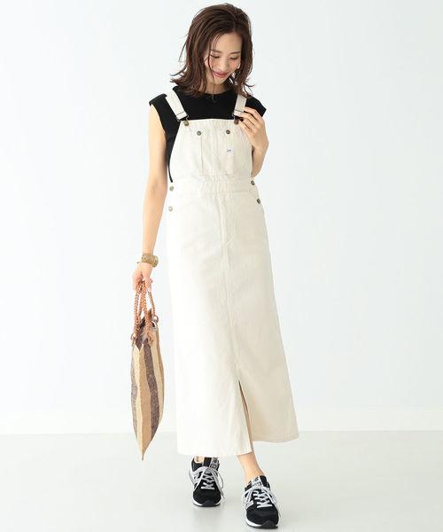 白サロペットスカート×黒インナーのコーデ