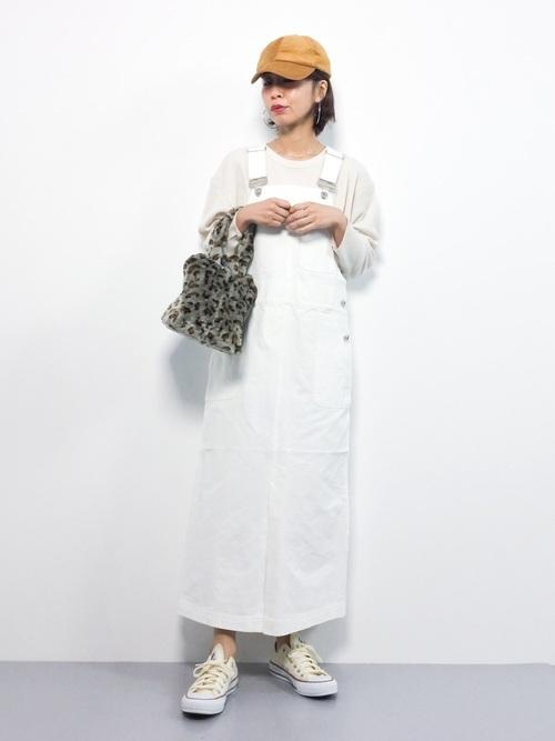 白のサロペットスカートを使った秋コーデ