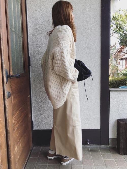 白のサロペットスカートを使った冬コーデ