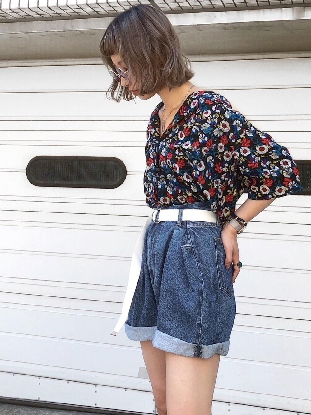 花柄シャツとショートパンツ