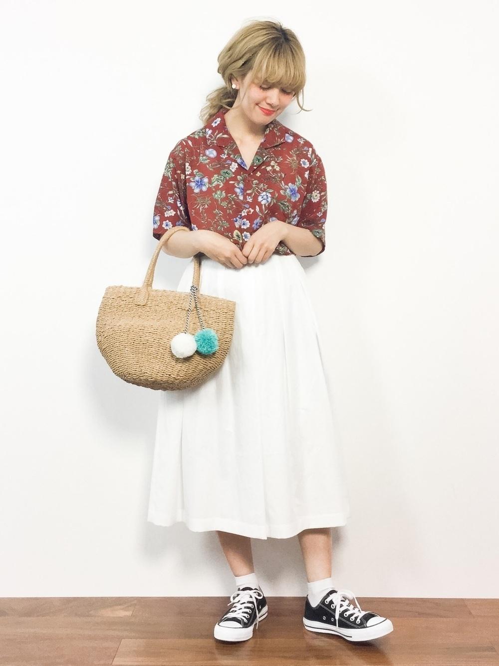 花柄シャツと白スカート