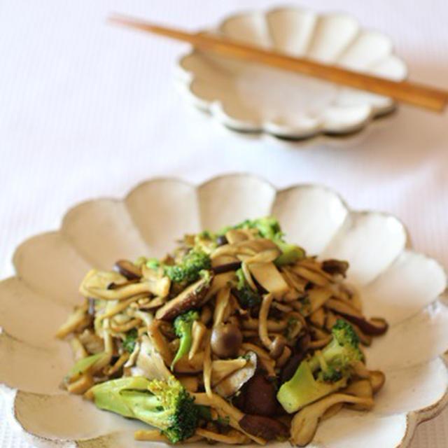 美肌効果も!!4種のきのことブロッコリーのカレーガーリック炒めのレシピ
