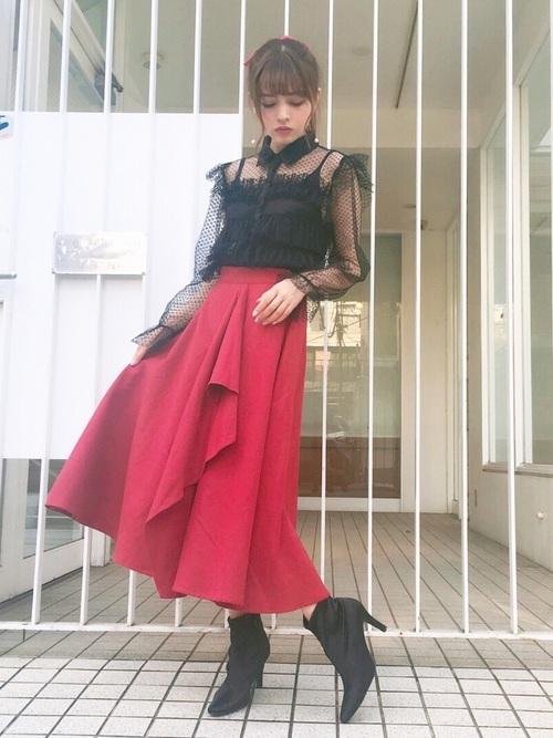 シースルートップス×赤いスカート