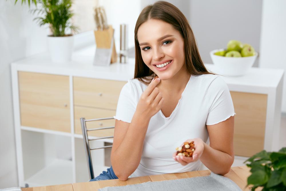 ナッツダイエット中の女性