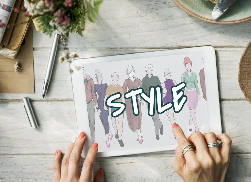 タブレットでファッションスタイルをチェックする女性の手元