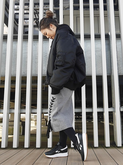 秋の買い足しスニーカーにおすすめカラー【モノトーン厚底】