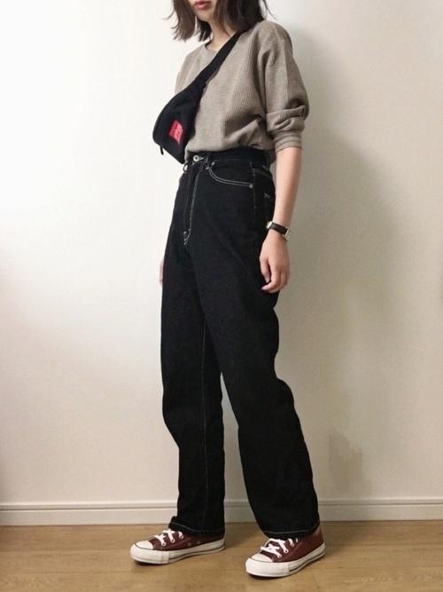 秋のスニーカーコーデ【ブラックデニム×濃いめカラースニーカー】