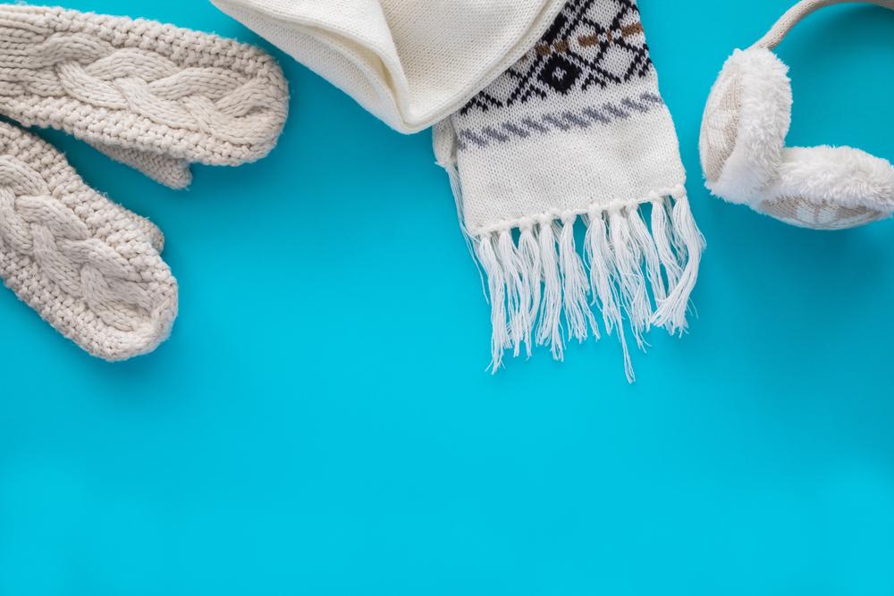 白のメンズマフラーや手袋