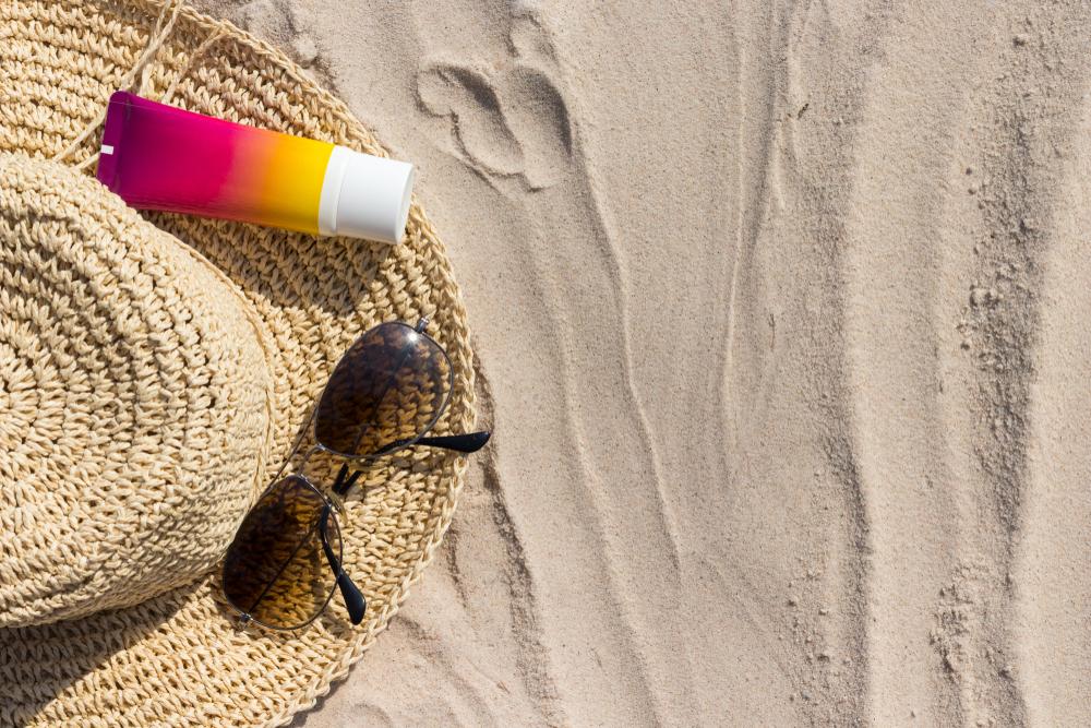 砂浜に置かれている日焼け止め