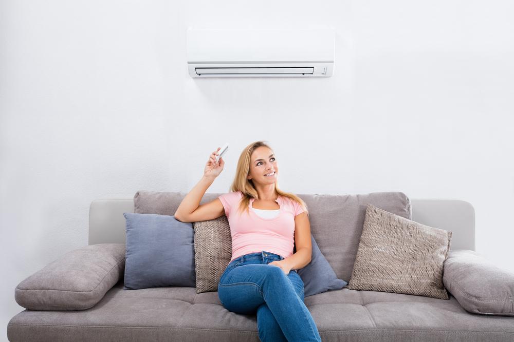 エアコンを使用している女性