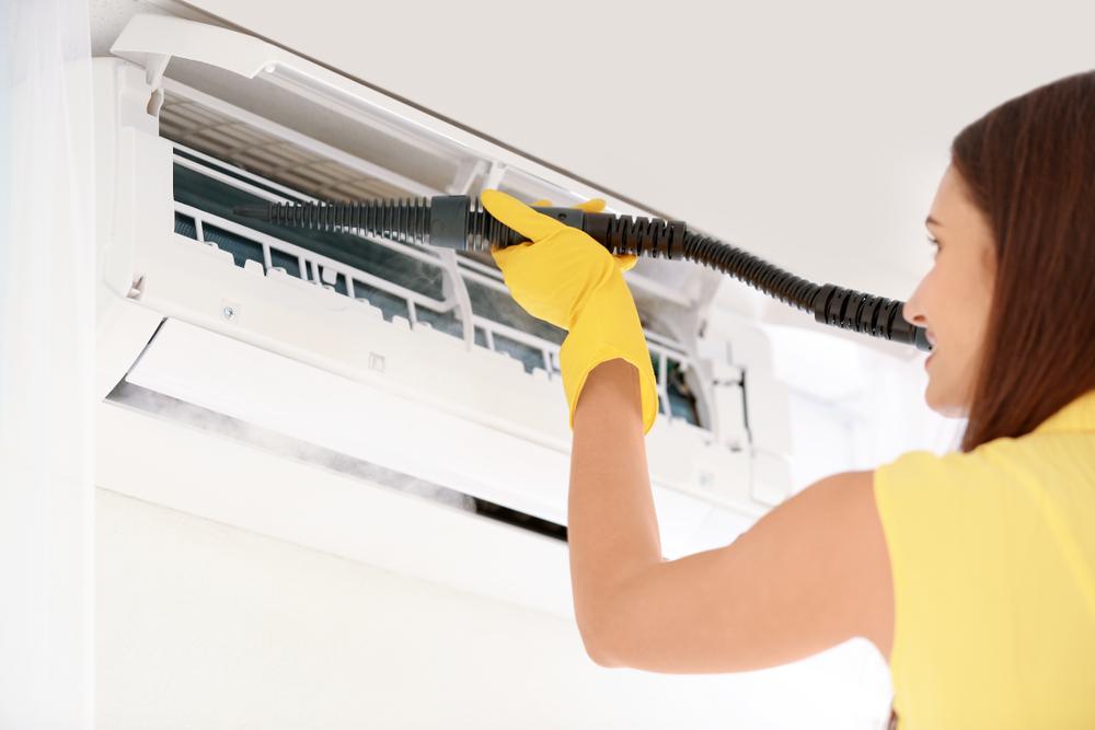 エアコン掃除をしている女性