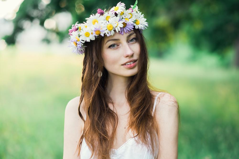 花冠をつけた女性