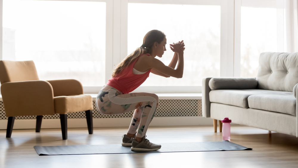 リビングで運動する女性
