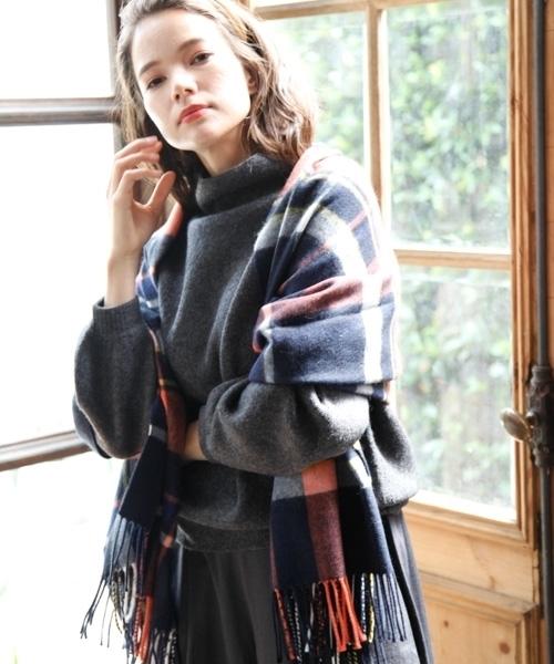 ストールを羽織った女性