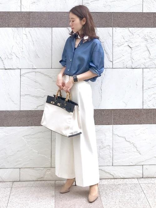 デニムシャツ×白ワイドパンツの春コーデ