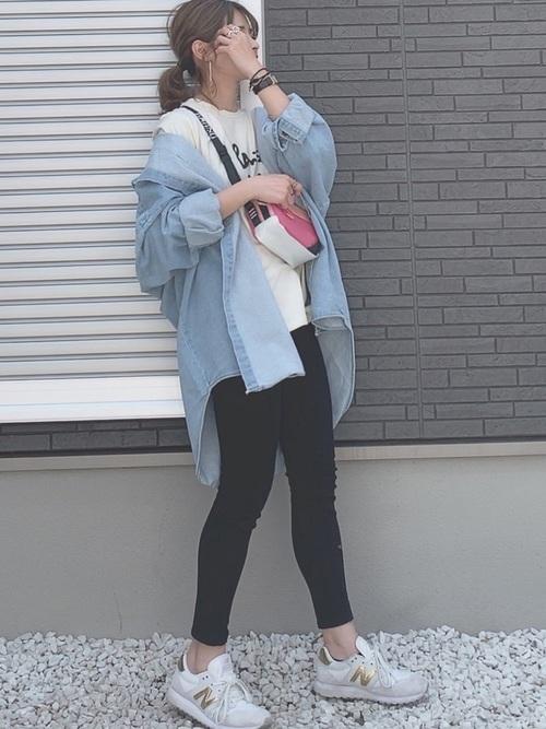 デニムシャツ×黒スキニーパンツの春コーデ