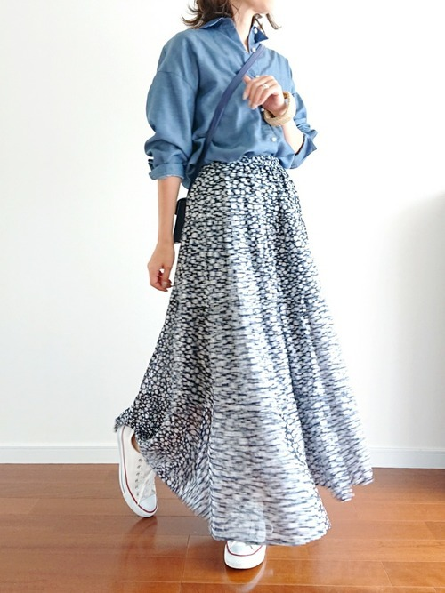 デニムシャツ×花柄ロングスカートの春コーデ