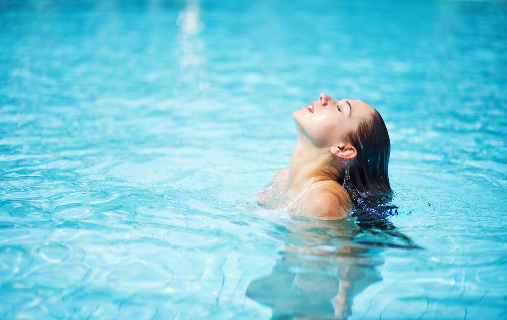 プールに使っている女性