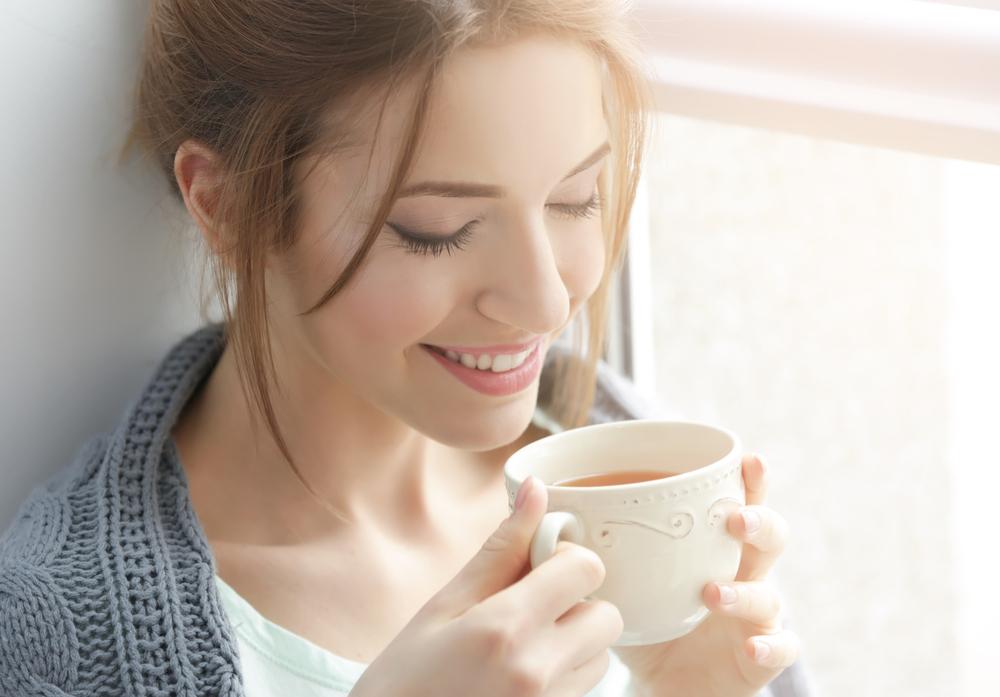 むくみ解消のためにお茶を飲んでいる女性