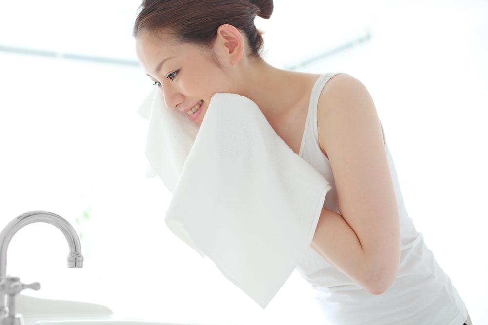 春のスキンケアの洗顔をする女性