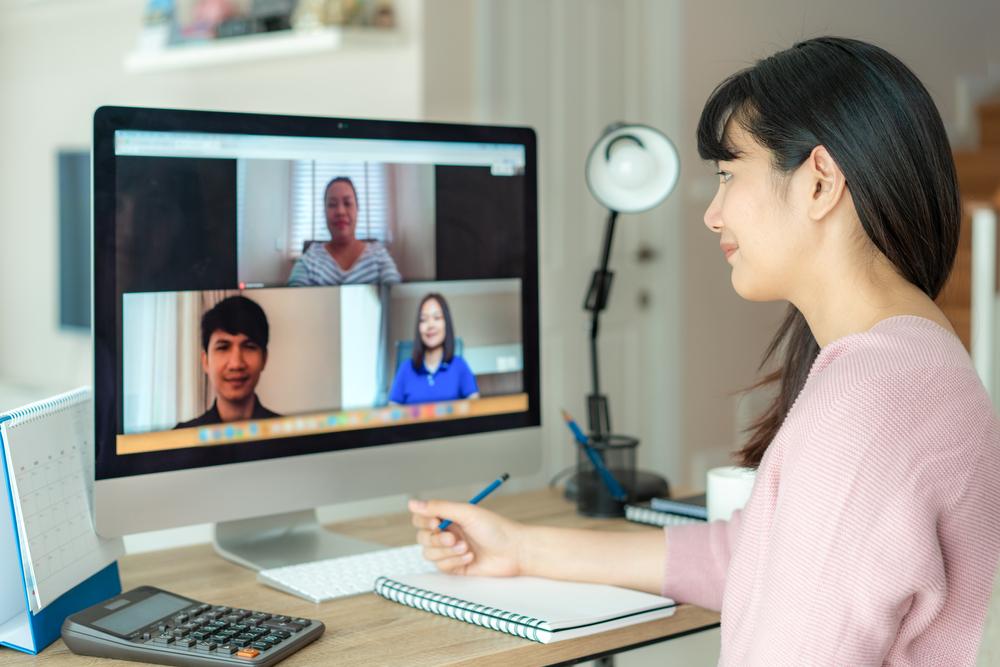 オンラインでコミュニケーションを取る女性