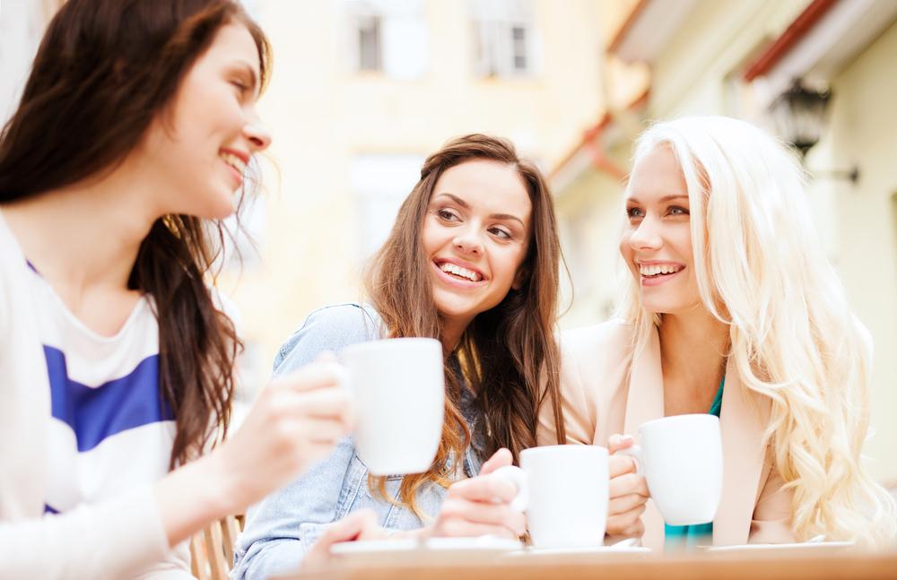 友達と談笑している女性