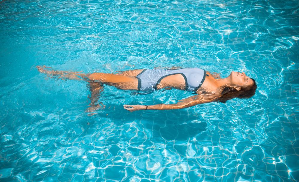 水に浮かぶ女性