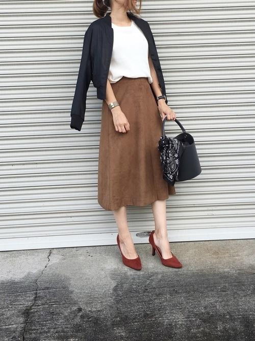 黒いブルゾン×フレアスカート