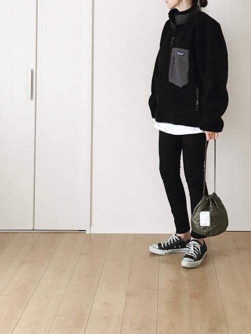 黒いボアブルゾン×黒スキニー