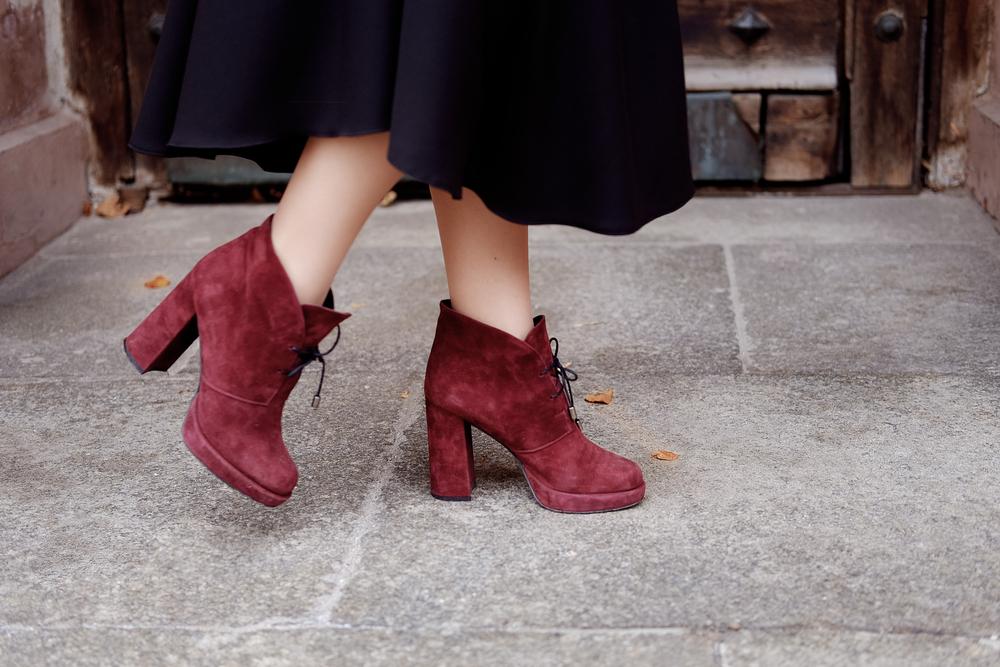 スエード靴を履いた女性