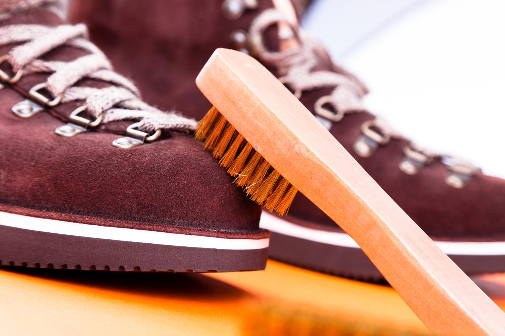 ボルドーのスエード靴とブラシ