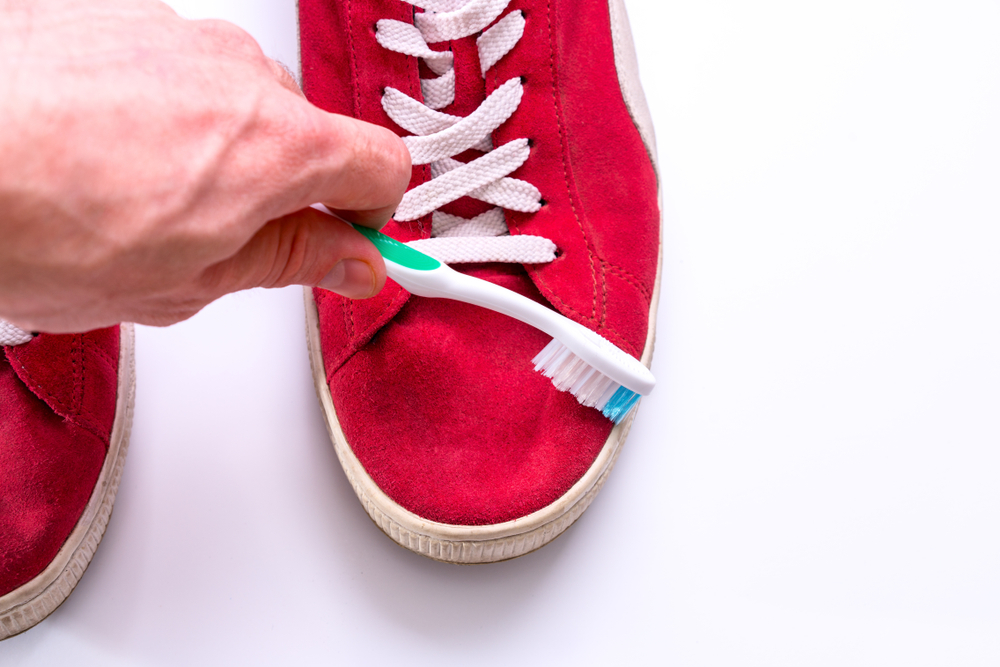 スエード靴と歯ブラシ