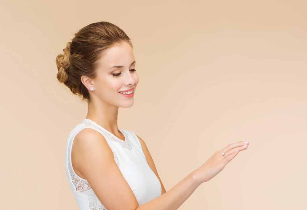 顔合わせの挨拶で婚約記念品を披露している女性