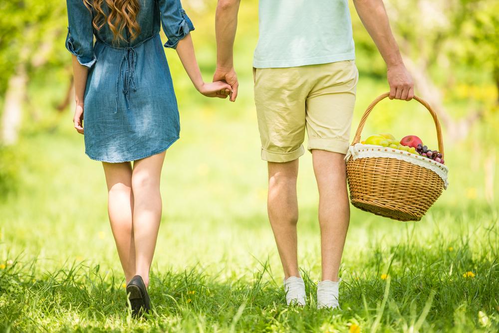 公園でデートするカップル
