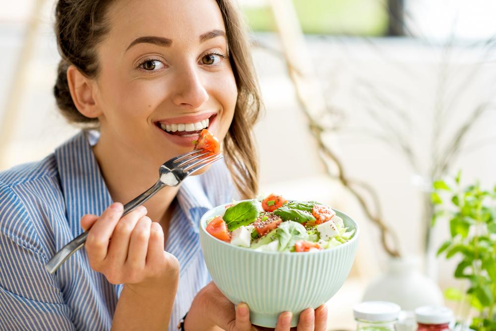 野菜を食べる女性