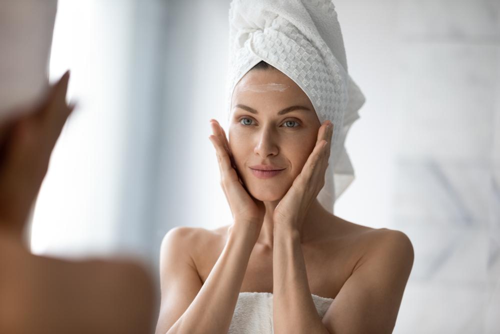 鏡で顔を見る女性