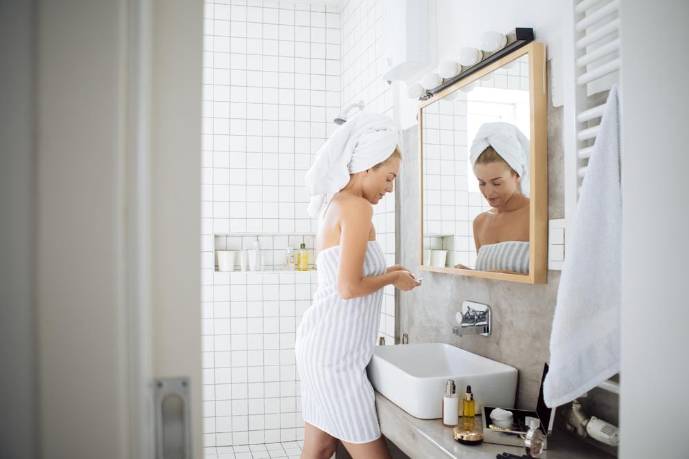 浴室でスキンケアをする女性