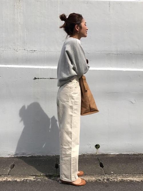 白パンツを使った春旅行の服装