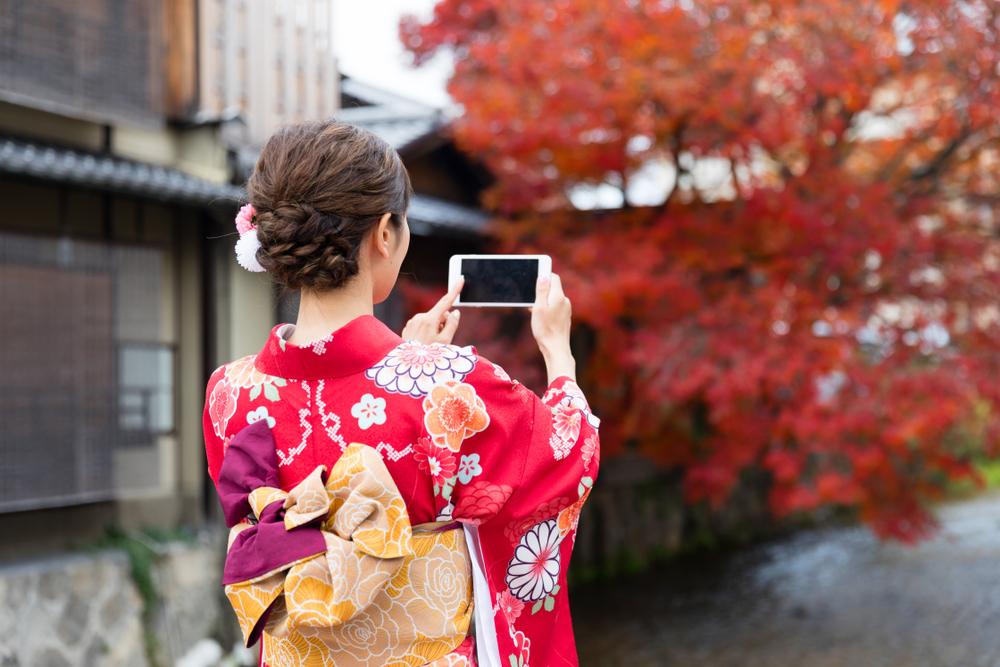 着物で写真を撮影している女性