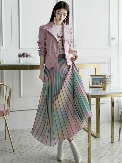 ピンクライダース×オーロラカラースカートのコーデ