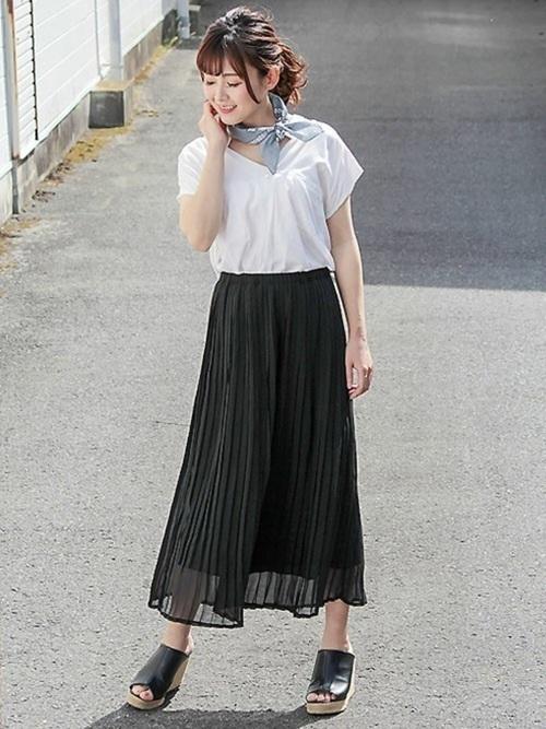プリーツスカートを使ったデートのモノトーンコーデ