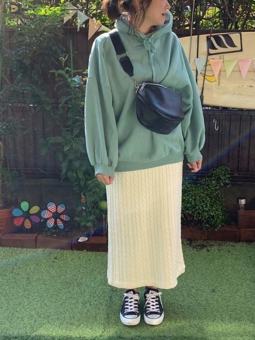 パーカー×タイトスカート