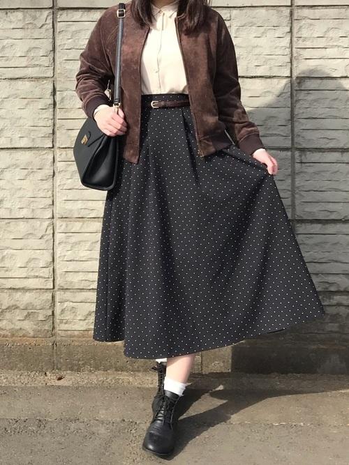 シャツ×黒のロングスカート