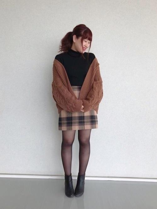 台形スカート×黒のストッキング