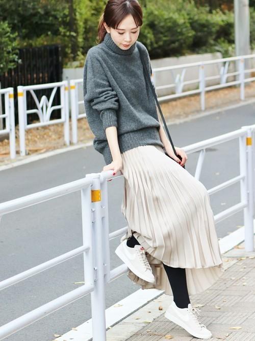 ベージュのプリーツスカートを使った秋コーデ