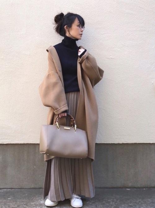 ベージュのプリーツスカートを使った冬コーデ