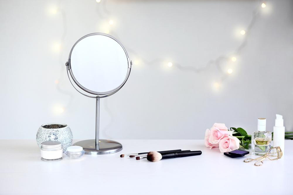 鏡とコスメ道具